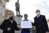 Předsedové ODS, KDU-ČSL a TOP 09 Petr Fiala (vpravo), Marian Jurečka (vlevo) a Markéta Pekarová Adamová (uprostřed) pózují 27. října 2020 na pražském Hradčanském náměstí po tiskové konferenci, kde podepsali memorandum o spolupráci.