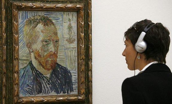 Návštěvnice muzea umění v Basileji si prohlíží autoportrét holandského malíře Vincenta Van Gogha (1853–90)