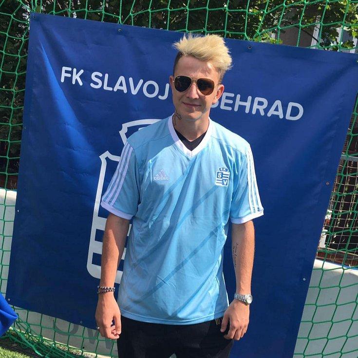 Fotbalistu Juliuse Lavického v sitcomu Vyšehrad hraje Jakub Štáfek.
