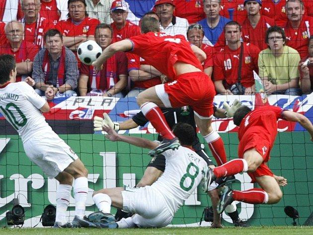 Vyrovnávací branka na 1:1. Libor Sionko (vpravo) dal po rohu gól, míč sleduje Jan Polák a Portugalci Moutinho (vlevo), Petit a brankář Ricardo.