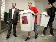 Tým pracovníků z jihlavského magistrátu ve středu a ve čtvrtek rozvážel vše potřebné pro volby do volebních místností v Jihlavě. Bylo připraveno 57 tašek s drobnostmi do jednotlivých volebních okrsků a dále volební urny, zástěny nebo nástěnky.