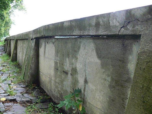 Kamenná hráz kolem řeky Bečvy v hranickém městském parku je plná prasklin. Lidé mají obavu, aby se neopakovala situace z roku 1997, kdy se při povodni protrhla. Zahradami i domy se tehdy podle očitých svědků prohnala druhá řeka.