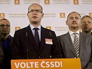 Jan Vališ přinese členům volební komise pečený bůček