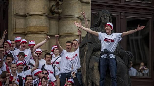 Fanoušci Slavie při pochodu Prahou