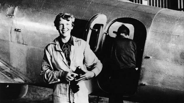 Slavná pilotka před letadlem Lockheed Electra, v němž se v roce 1937 pokusila spolu s Fredem Noonanem (zády ke kameře) neúspěšně o oblet Zeměkoule. Z této cesty se už nevrátila