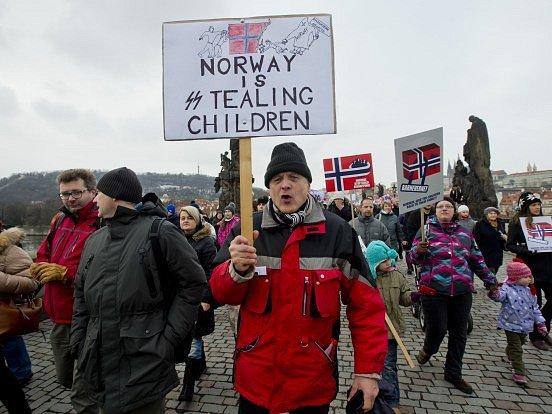 V několika zemích světa se dnes konaly demonstrace proti kontroverzním případům odebírání dětí norskou sociální službou Barnevern.
