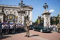 Ochranu Buckinghamského paláce v Londýně, sídle královské rodiny, převzala spolu s policií také armáda.