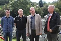 Premiér Bohuslav Sobotka s ministrem vnitra Milanem Chovancem navšívili místa postižená povodní a sesuvy půdy. Cestu zakončili v Bulharech.