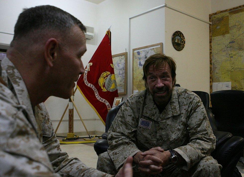 Chuck Norris při návštěvě armády.
