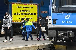 Češi se vrátili do vlaků i autobusů. Senioři a studenti o nynější slevy přijdou
