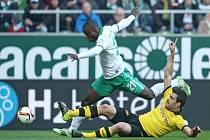 Mats Hummels z Dortmundu (vpravo) a Anthony Ujah z Brém.