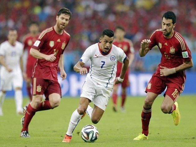 Alexis Sánchez z Chile (uprostřed) se snaží prosadit proti Španělsku.