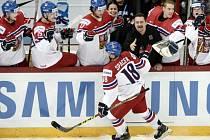 Michael Špaček se raduje s českou střídačkou z gólu proti Rusku.