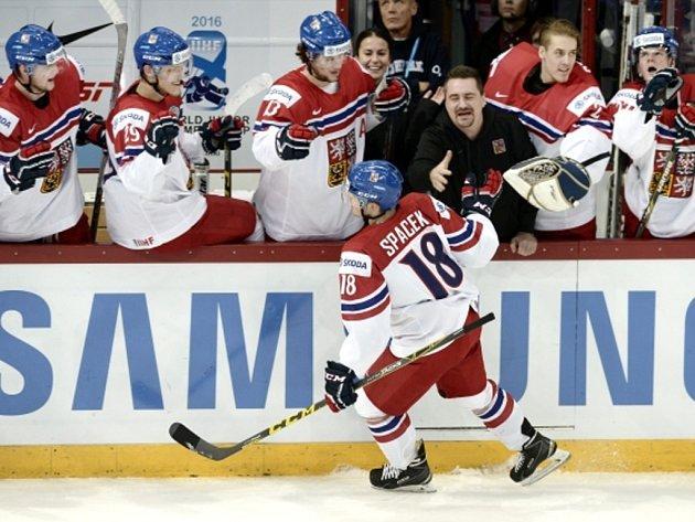 Michael Špaček se raduje sčeskou střídačkou zgólu proti Rusku.