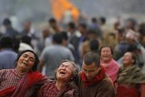 Utrpení a žal. Lidé v ulicích Káthmándú oplakávají své blízké.