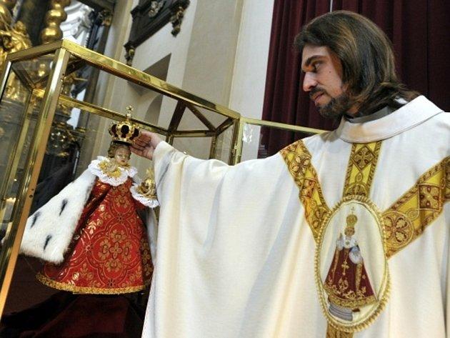 Vrcholem oslav, které mají vyjádřit hlubokou úctu ke vtělení Ježíše Krista, byla v kostele Panny Marie Vítězné slavnostní mše spojená s korunovací Pražského Jezulátka.