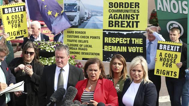 Předsedkyně severoirské republikánské strany Sinn Féin Mary Lou McDonaldová (uprostřed) hovoří k novinářům po s britským premiérem Borisem Johnsonem v Belfastu