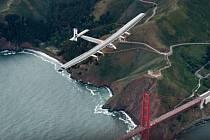 Solární letoun Solar Impulse nad San Franciskem.