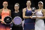 Lucie Šafářová (vlevo) a Bethanie Matteková-Sandsová (druhá zleva) titul z Turnaje mistryň nemají, ve finále prohrály s Jekatěrinou Makarovovou (druhá zprava) a Jelenou Vesninovou.
