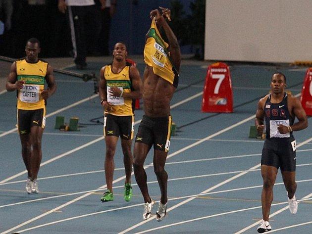 Usain Bolt (uprostřed) reaguje na předčasný start ve finále stovky na MS.