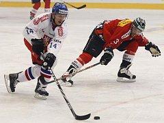 Petr Vampola se snaží v přípravném utkání hraném v Litvínově obejít Švýcara Juliena Vauclaira.