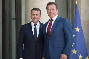 Francouzský prezident Emmanuel Macron (vlevo) a Arnold Schwarzenegger.