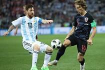 Hvězda Argentiny Lionel Messi (vlevo) proti Chorvatsku.