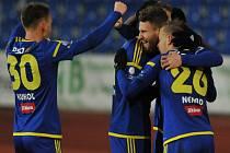 Fotbalisté Jihlavy se radují z gólu.
