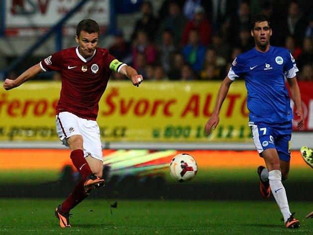 Kanonýr Sparty David Lafata (vlevo) střílí vyrovnávací gól proti Liberci.