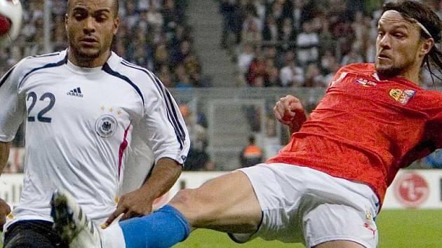 Tomáš Ujfaluši se snaží vybojovat míč.