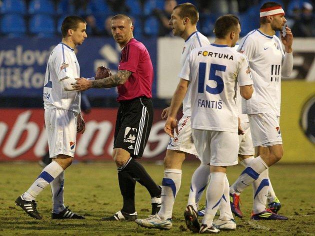 Tomáš Řepka z Českých Budějovic (uprostřed) po zápase s Ostravou.
