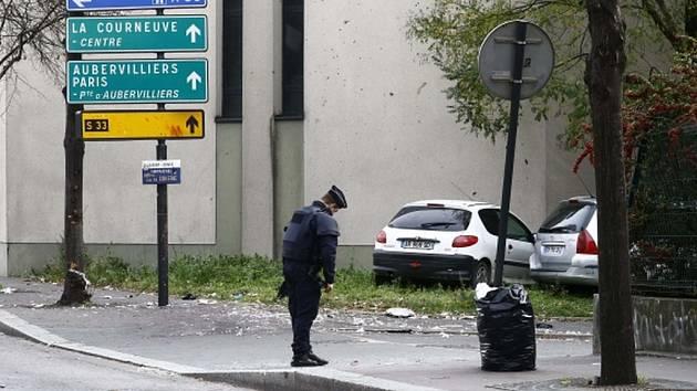 Tři sebevražední atentátníci na pařížském stadionu Stade de France mohli vyvolat krveprolití a vražednou paniku. Místo toho se odpálili na relativně odlehlém místě a v místech, kde mohla nastat jatka, zabili jediného člověka.