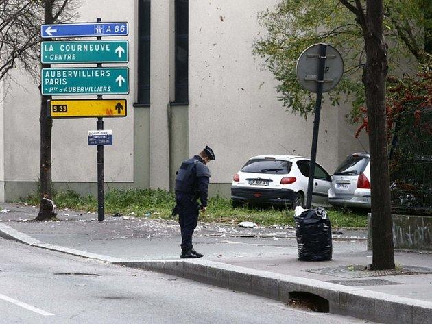 Tři sebevražední atentátníci na pařížském stadionu Stade de France mohli vyvolat krveprolití a vražednou paniku. Místo toho se odpálili na relativně odlehlém místě a vmístech, kde mohla nastat jatka, zabili jediného člověka.