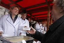 Na Štědrý den rozlévali pražští radní na Staroměstském náměstí zdarma rybí polévku. Občané tak mohli být obslouženi Marií Kousalíkovou, Petrem Hejmou nebo Radmilou Bémovou, ženou primátora Pavla Béma