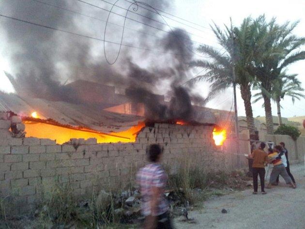 Americké letectvo podniklo první nálet na pozice bojovníků radikálního uskupení Islámský stát poblíž iráckého hlavního města Bagdádu.