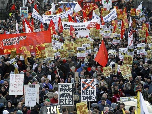 Tisíce irských odborářů protestovaly proti vládním škrtům.