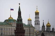 Ruská vlajka na střeše prezidentského paláce v moskevském Kremlu.