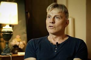 Osud zpěváka Martin Maxy je spojen i s mladíkem, jehož vražda je zahalena tajemstvím