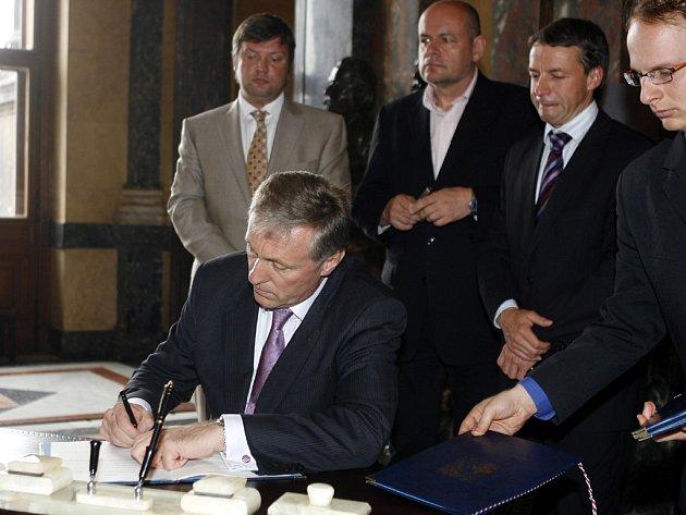 Severojižní magistrála zmizí v tunelu. Shodli se na tom politici, kteří v úterý dopoledne podepsali memorandum. Za vládu podepsal dokument premiér Mirek Topolánek.