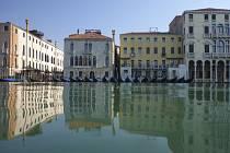 Gondoly na opuštěném kanále v Benátkách