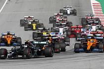 Finský jezdec Mercedes Valtteri Bottas v čele pelotonu vozů na Velké ceně Rakouska formule 1