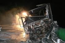 NEMĚL ŠANCI. Řidič dodávky najel přímo pod kola kamionu. Na místě podlehl svým těžkým zraněním, šofér náklaďáku leží v nemocnici.