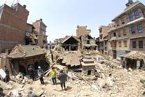 Mezi oběťmi zemětřesení v Nepálu z minulé soboty je potvrzených 12 občanů Evropské unie. Dalších tisíc lidí ze zemí unie je pohřešováno.