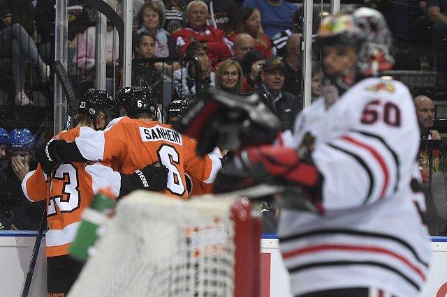 Hokejisté Philadelphie Flyers slaví branku do sítě Chicaga