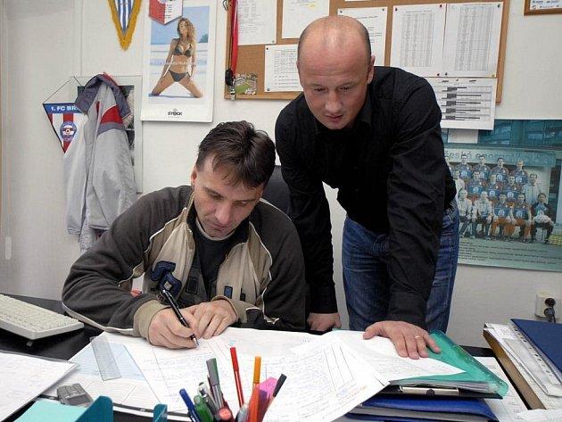 Novým sportovním manažerem Viktorie Plzeň se včera stal sokolovský Adolf Šádek (vpravo). Na snímku hovoří sšéftrenérem dorostu Viktorie Karlem Krejčím