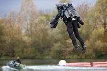 Vynálezce ve svém obleku letěl rekordní rychlostí 51 kilometrů v hodině