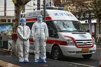 Posádka sanitky při výjezdu za pacientem v čínském Wu-chanu na snímku z 26. ledna 2020