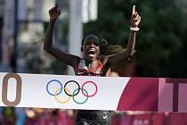 Olympijskou vítězkou v maratonu je Keňanka Peres Jepchirchirová.