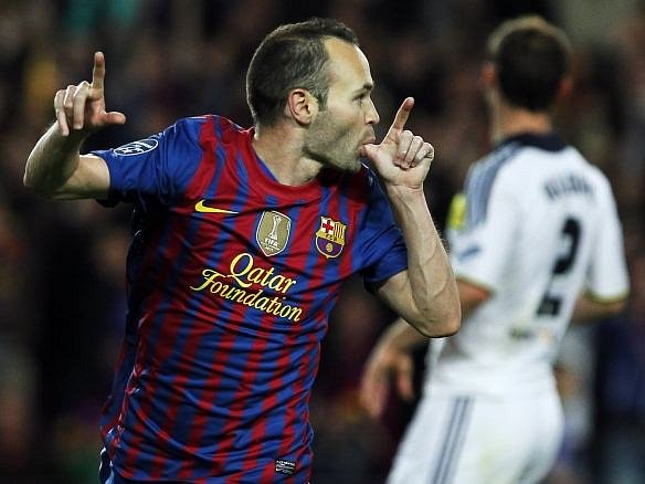 Iniesta oslavuje gól do sítě Chelsea.