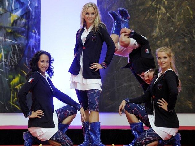 Modelky a modelové při zkoušce na večerní přehlídku, na které 28. června ve Veletržním paláci v Praze představí nástupový set pro slavnostní zahájení olympiády v Londýně.